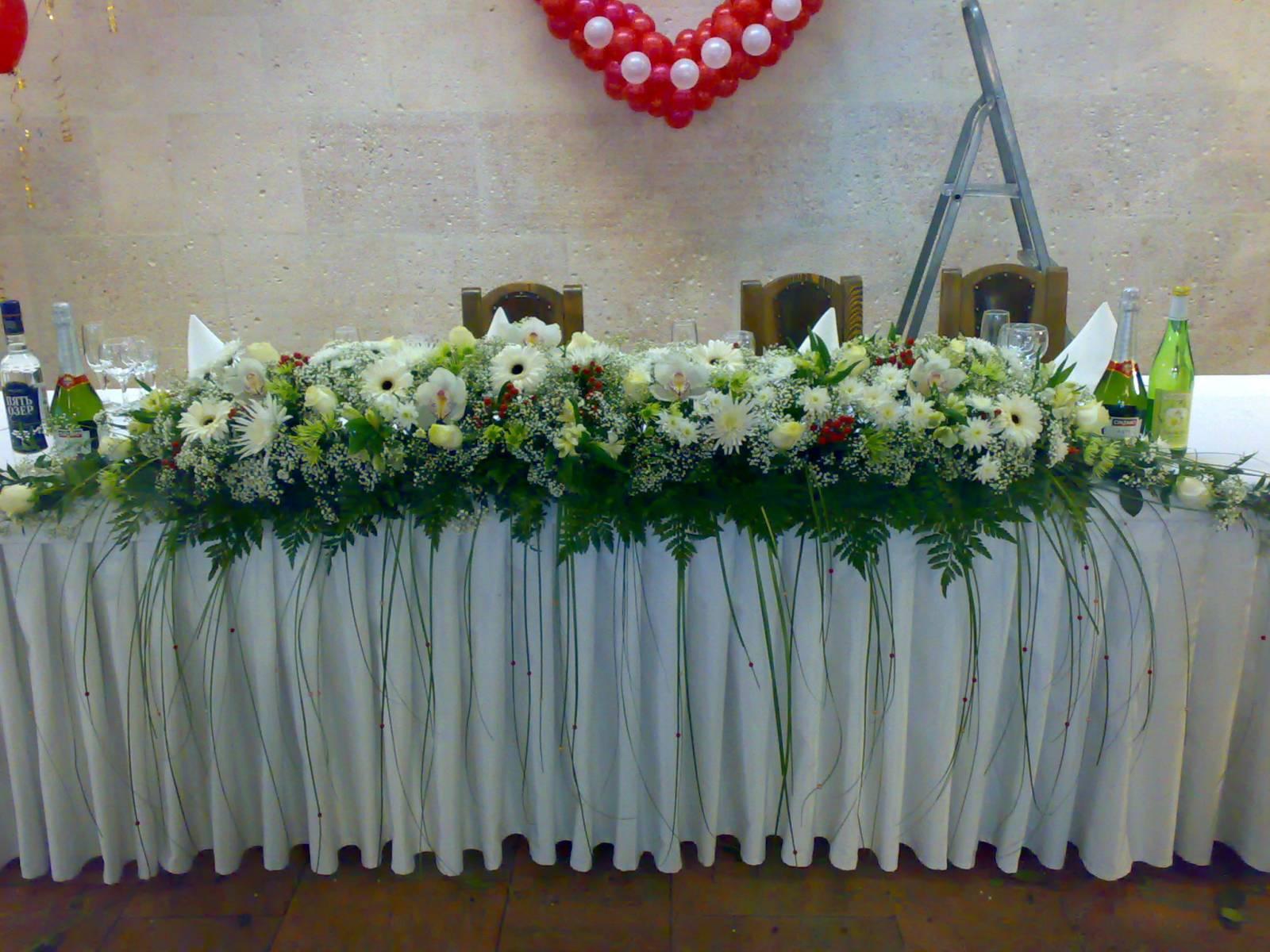 Оформление стола жениха и невесты на свадьбу фото